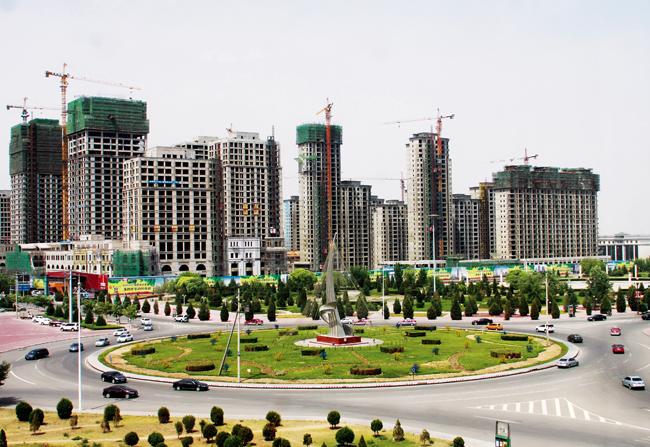 项目南侧有达拉特旗广场和白塔